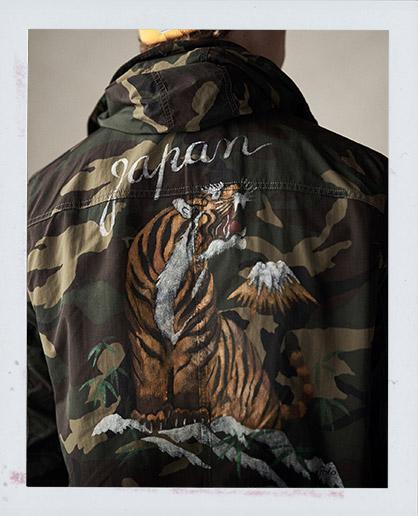 Camouflage-Jacke mit Grafik